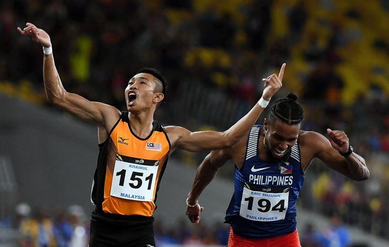 KUALA LUMPUR, 22 Ogos -- Atlet negara, Khairul Hafiz Jantan (kiri) ketika beraksi dalam acara balapan akhir 100 meter lelaki pada Sukan SEA KL2017 di Stadium Nasional Bukit Jalil, hari ini. Turut kelihatan Atlet Filipina, Eric Shaun Cray (kanan). Khairul Hafiz Jantan menang dengan catatan masa 10.38. --fotoBERNAMA (DIGI) HAKCIPTA TERPELIHARA KUALA LUMPUR, Aug 22 -- National sprinter Khairul Hafiz Jantan (left) leaves behind Eric Shaun Cray of the Philippines (right) in the 100 meter finals at Stadium Nasional Bukit Jalil, here, tonight. Khairul Hafiz Jantan clocked 10.38 to win the gold. --fotoBERNAMA (DIGI) COPYRIGHT RESERVED
